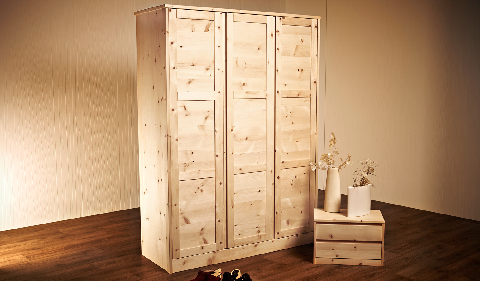 kleiderschrank aus zirbe 153x208x58 cm kleiderkasten aus arve holzkasten ebay. Black Bedroom Furniture Sets. Home Design Ideas