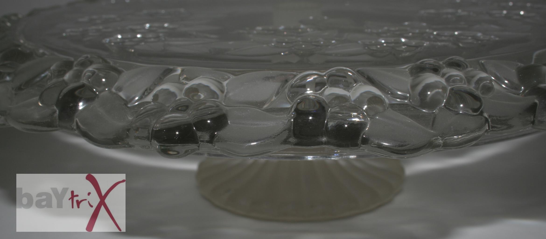 kuchenplatte tortenplatte gro schwer glas auf sockel mit muster wellenrand ebay. Black Bedroom Furniture Sets. Home Design Ideas