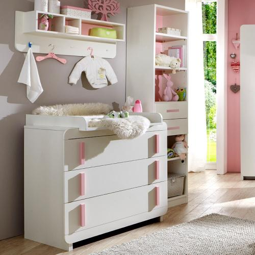 neu babyzimmer in wei rosa kommode wickelkommode. Black Bedroom Furniture Sets. Home Design Ideas