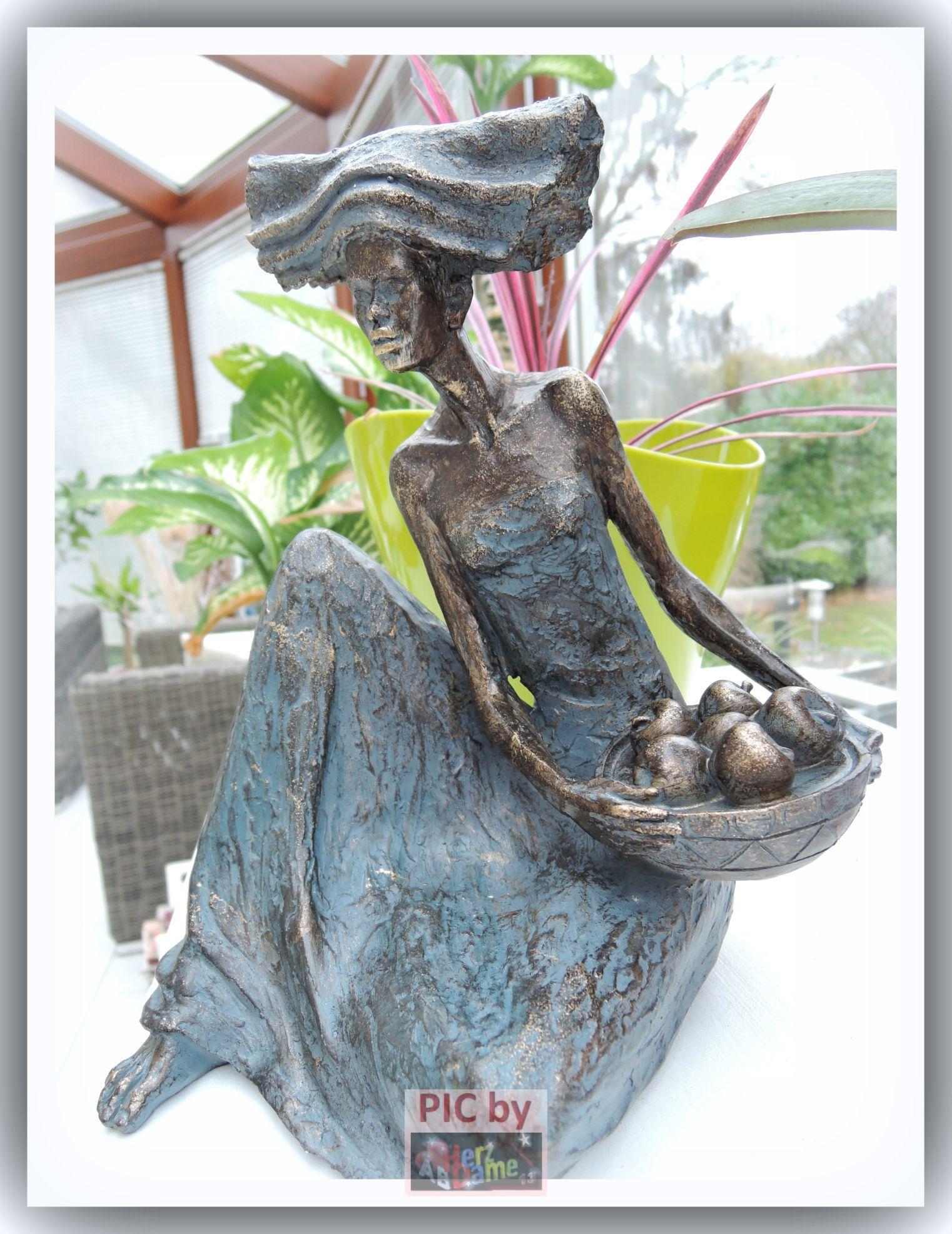 aba056 deko xl moderne skulptur masai frau mit obst korb bronze optik 25cm ebay. Black Bedroom Furniture Sets. Home Design Ideas